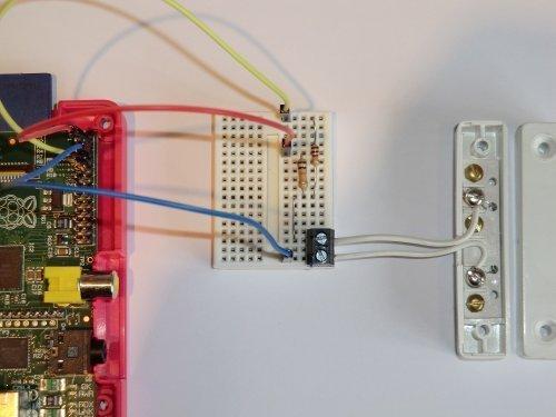 Tür/Fenster Alarm GPIO Project Kit für Raspberry Pi 2, B +, A +, B und A Modelle. Inkl. Steckplatine, magnetischer Reed-Schalter Tür Sensor, drei Meter von Bell Draht, Widerstände und Anschluss Drähte auch den PI. Leicht verständlicher PDF-Handbuch & Beispiel-Skripte. Capture Fotos & HD Video von Ihrem Raspberry Pi Kamera Modul. Foto ist an Ihre iPhone oder Android Handy, wenn die Tür geöffnet wird. Kompatibel mit Raspberry Pi A, B & neuesten B + Modelle.